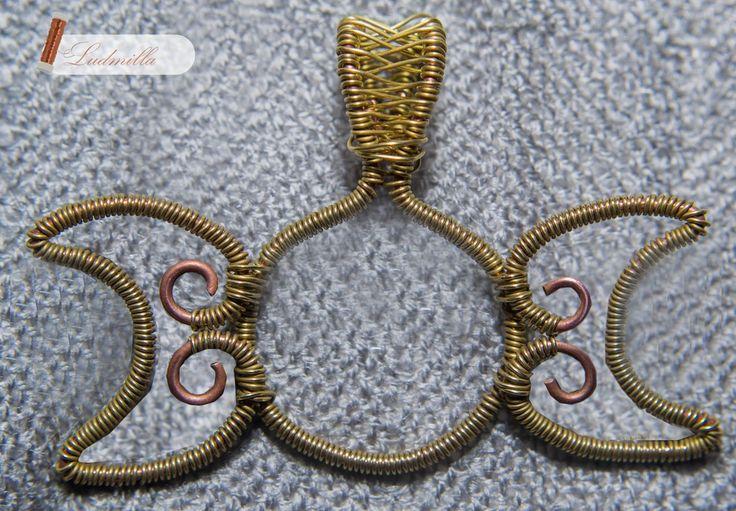 Wire wrapping triple moon pendant. Symbol potrójnej bogini wykonany w technice wire-wrapping z drutu miedzianego.
