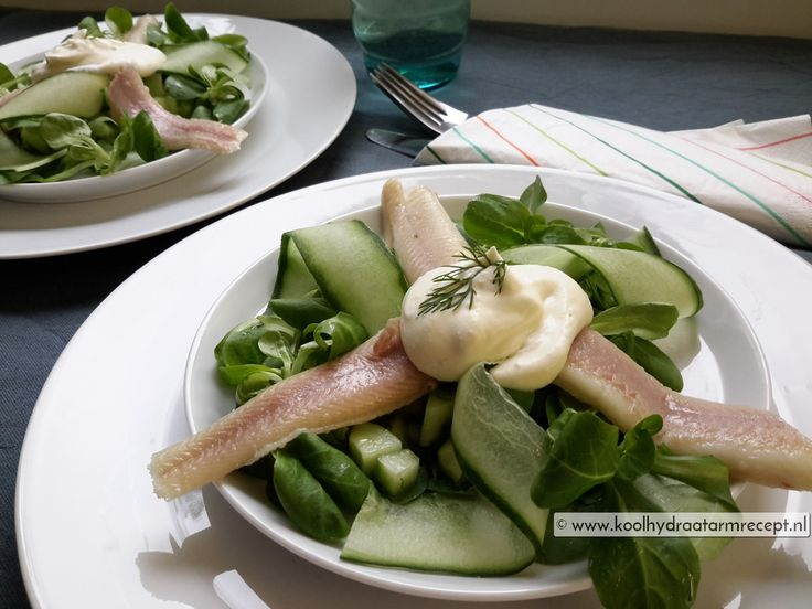 Paling en komkommer combineert geweldig: smeuïg, vet en zacht met die lichte, frisse knapperige komkommer en dat dan samen met de twee sauzen. Hmm, superbe!