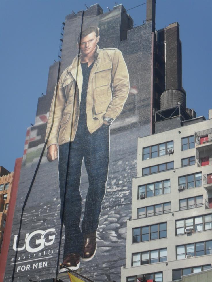 8ª Avenida. Aunque no lo parezca, es un graffiti. La publicidad usa esa forma de expresión como recurso, muy acertado y efectivo en una ciudad llena de medianeras enormes.