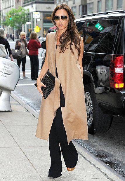 Fashion-Looks: Teile aus der eigenen Kollektion tragen sich doch am besten. Den ärmellosen Kamelhaar-Mantel kombiniert Victoria Beckham mit überlanger Schlaghose.