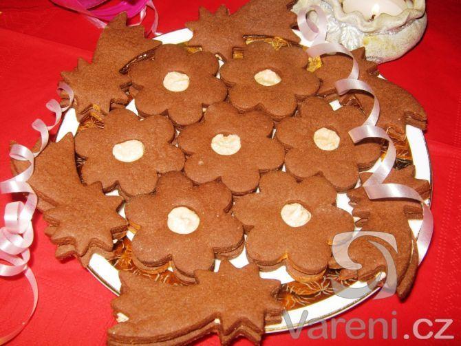 Cukroví z kakaového těsta plněné kakaovým krémem.