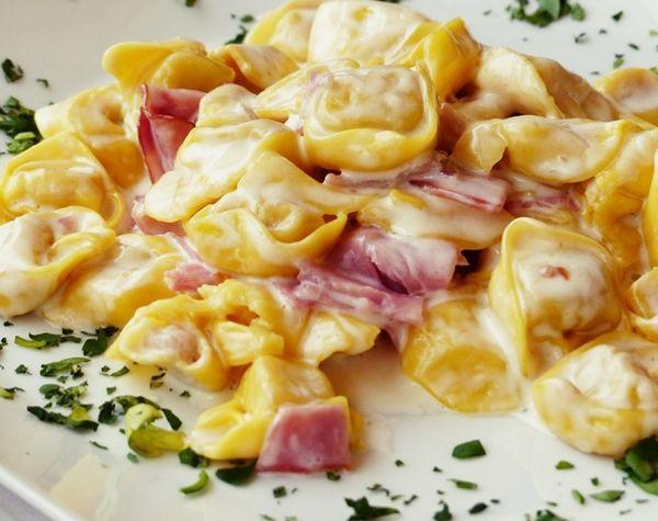 Tortellini se sýrovou omáčkou a šunkou