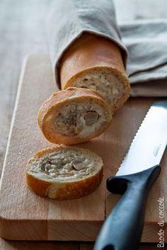 Un fingerfood rapido, gustoso e saporito. La baguette ripiena è un'ottima alternativa alle tartine e può essere farcita in mille modi diversi, tutti golosi.