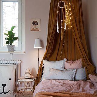 Satsar på att ha det mest rosa rummet i Bagis, tror vi är på god väg. Rosa färgkoden är D8.05.78 från @nordsjosverige All in with pink. Love the new pillows from @minimuhuu ✨ #barnrum #kidsroom #barnerom #kinderzimmerdeko #barnrumsinspo #familylivingfint