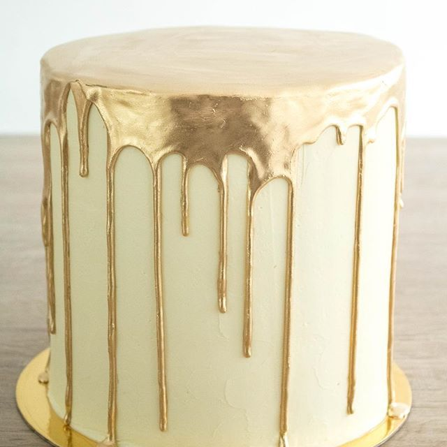 Drip Cake Dorado en doble altura✨@arboldemayo #green #decor #weddingplanner #bodasmedellin #matrimoniosmedellin #chocolate #bodas #fruits #rusticcake #wedding #bodas #rusticwedding #cake #dessert #desserttable #caketable #cakestand #bakery #events #weddingdecor #gold #redvelvet #reposteriamedellin