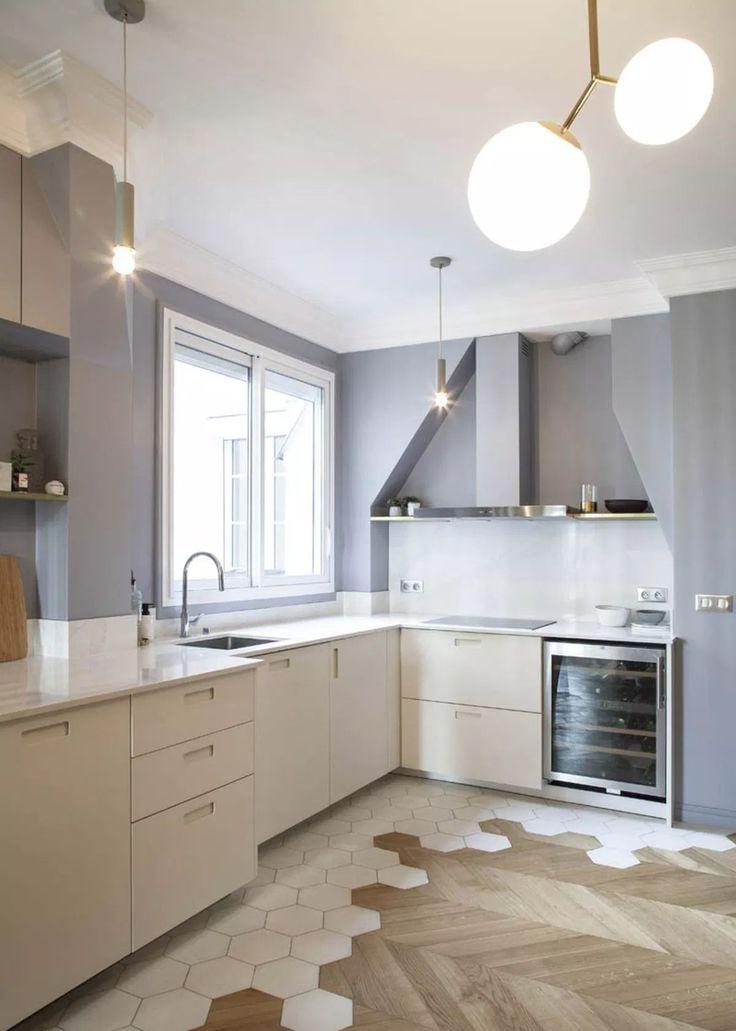 Un joli sol qui mélange carrelage et parquet avec élégance. | Decoration appartement ...
