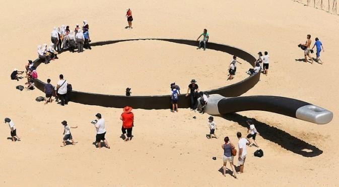 Para pengunjung pantai yang letaknya di Sydney dan Perth ini dikagetkan dengan kehadiran wajan berukuran raksasa.