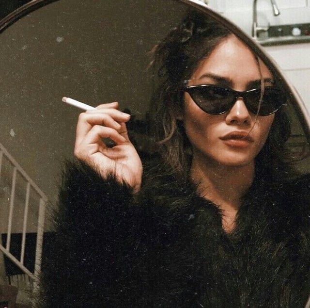 Occhiali, pellicciotto e sigaretta, all'interno di uno specchio rotondo che presuppone uno spazio in realtà finito. #girl #retro #sunglasses #vintage