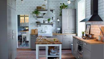 Tradycyjna szara kuchnia z frontami BODBYN, porcelanowym zlewem i wolnostojącą szafką ze szklanymi drzwiami