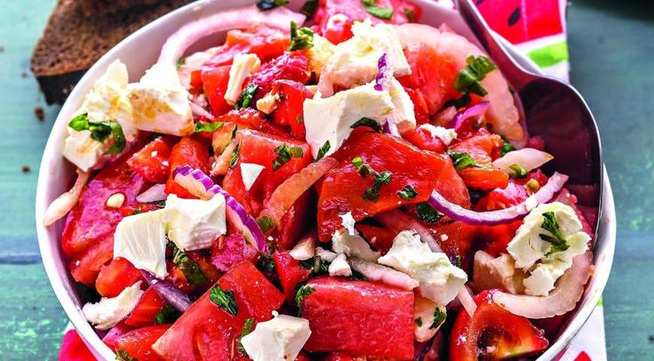Салат из арбуза, печеных перцев, помидоров и сыра