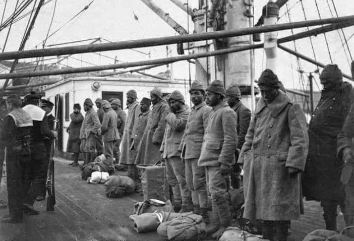 Çanakkale Savaşı'nda esir edilen Türk askerleri, bir Fransız gemisiyle bir daha dönmemek üzere Marsilya'ya götürülüyor.Hepsini en derin saygıyla anıyoruz. Nurlar içinde yatsınlar.