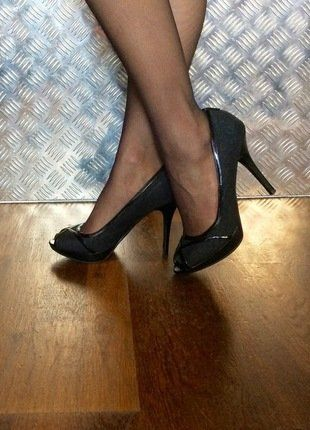 À vendre sur #vintedfrance ! http://www.vinted.fr/chaussures-femmes/escarpins-and-talons/32242924-escarpins-textile-et-cuir-verni-noir-talon-11-cm
