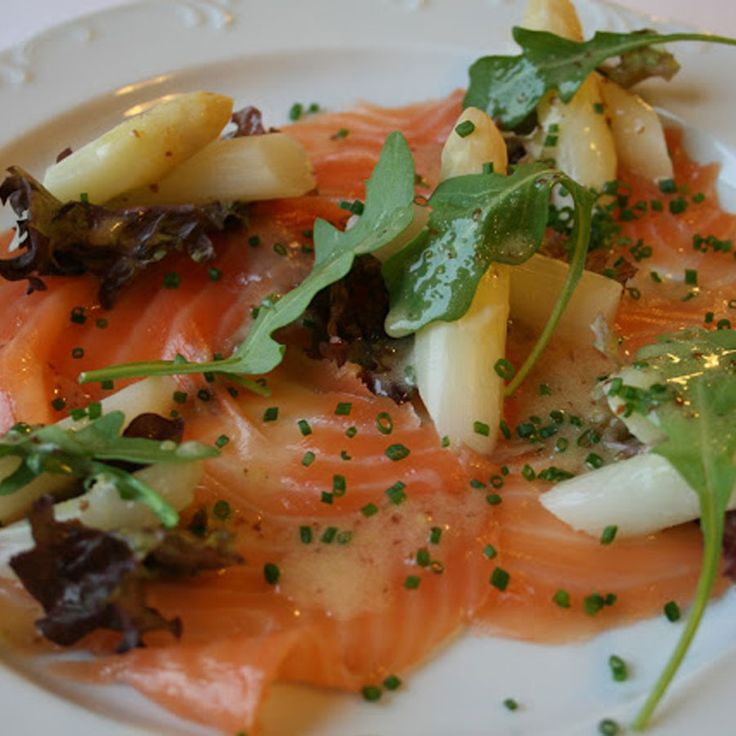 salade van gerookte zalm en Mechelse asperges met zoetzure mosterdvinaigrette