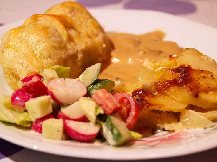 Smördegsinbakad fläskfilé med champinjonsås och potatisgratäng   Recept från Köket.se