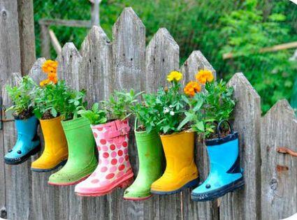 Maceteros con botas de agua