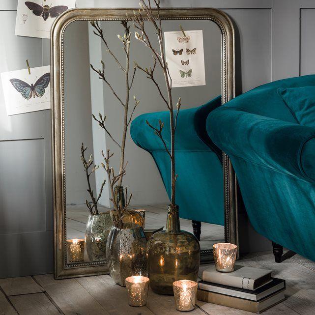 Style raffiné pour ce grand miroir de style ancien recouvert d'une peinture dorée et vieillie, décor perles.