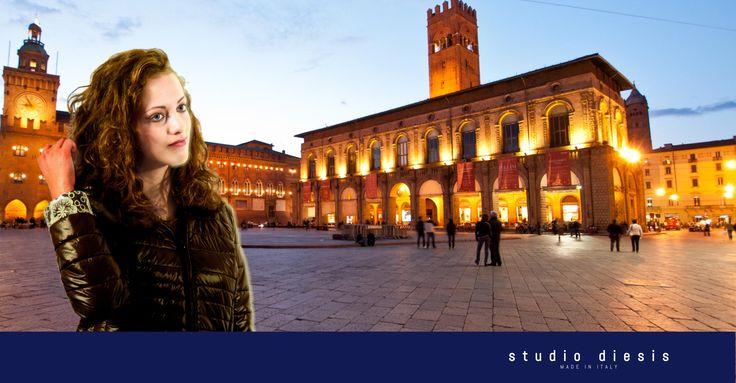 #Bologna Piazza del Nettuno. L'emozione del pomeriggio freddoloso, sotto i portici per un caldo abbraccio con le risate degli amici. Questi sono i piccoli momenti, semplici, banali persino, ma che riscaldano il cuore.