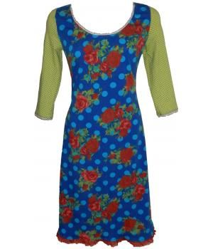Prachtige kobalt- blauwe jurk, met rode rozen en aqua-blauwe stippen.De vrolijke frisgroene mouwen met een olijfkleurige kleine stip en de rode kantjes, maken de jurk helemaal af.Bij de borst en op de rug zitten coupenaden voor een mooie pasvorm.De j...