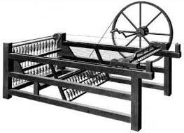 Spinning Jenny, máquina de hilar. Este invento fue realizado en 1764 por James Hargreaves. Esta máquina permitía montar hasta 80 hilos y podía ponerla en marcha una sola persona.Era una máquina con ocho carretes en un extremo, girados por una rueda más grande que en las máquinas normales. Se utilizó en la industria textil. Realizado por Moorea López.