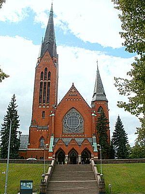 Turun Mikaelin kirkko (1899-1905 Lars Sonck) on  vaikuttava myös sisätiloiltaan, joihin Sonck teki maalausten luonnokset suurimmalta osaltaan itse, mutta niiden viimeistelystä vastasi arkkitehti Max Frelander.