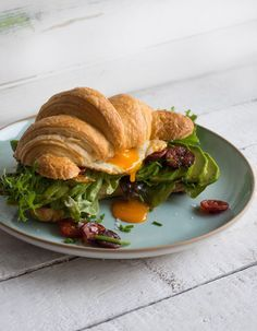 Croissant Sandwich mit Chorizo, Ei und Avocado