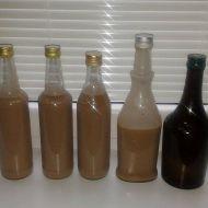 Likér z ledových kaštanů  250 ml  smetana ke šlehání  4 kostky  hořká čokoláda  1 ks  salko  3 ks  ledové kaštany  1/2 l  rum