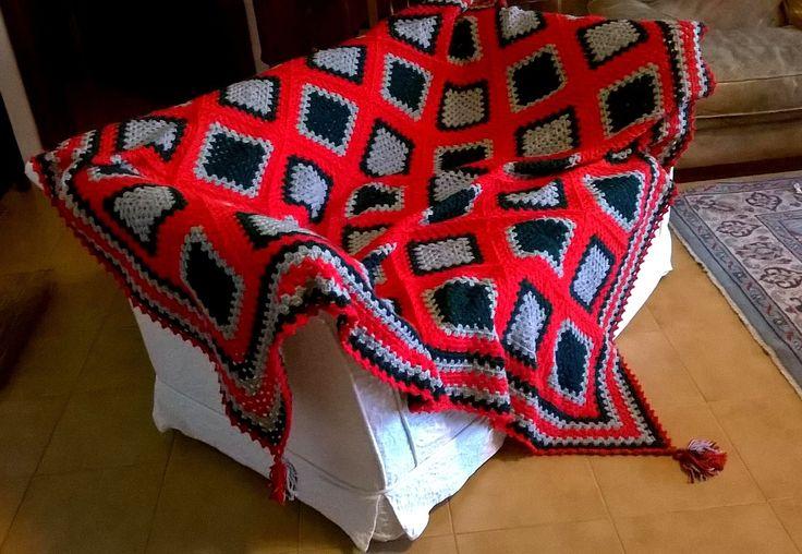 ,My work. Realizzata con granny da cm. 25x25. Colori rosso - grigio - verde scuro. Lana Crilly della Mondial, 100% acrilico. Uncinetto n. 3,50. Misura totale circa cm. 200x200.