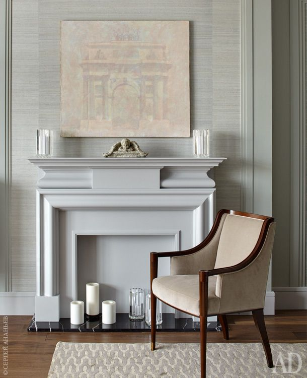 В главной спальне около декоративного камина подизайну архитекторов стоит кресло, Baker.