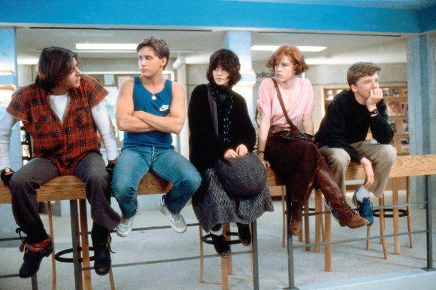 """THE BREAKFAST CLUB: Unter vielen Filmliebhabern gilt """"Breakfast Club"""" schon seit längerer Zeit als Kultklassiker. Mehrere Schülergenerationen konnten sich seither mit den Charakteren aus dem Film identifizieren. Im """"Breakfast Club"""" müssen an einem Samstag fünf Schüler an Ihrer Highschool nachsitzen und einen Aufsatz über sich selbst schreiben. Die fünf sind vollkommen unterschiedlich -  neben Claire und Allison müssen auch der Pöbler John (Judd Nelson), der Streber Brian (Anthony Michael…"""