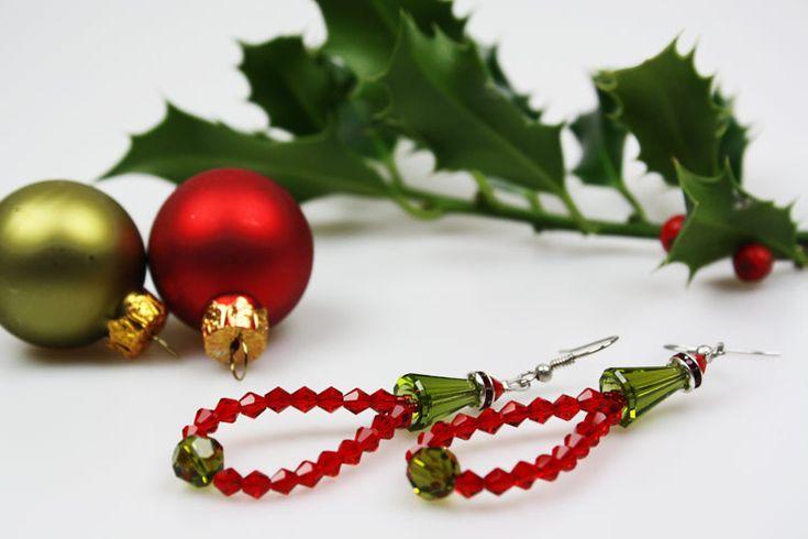 Edle Ohrringe mit swarovski-Perlen in Grün und Rot. https://www.deindiy.de/ohrringe-selber-machen/ #deindiy #ohrringe #perlen #weihnachtsgeschenk