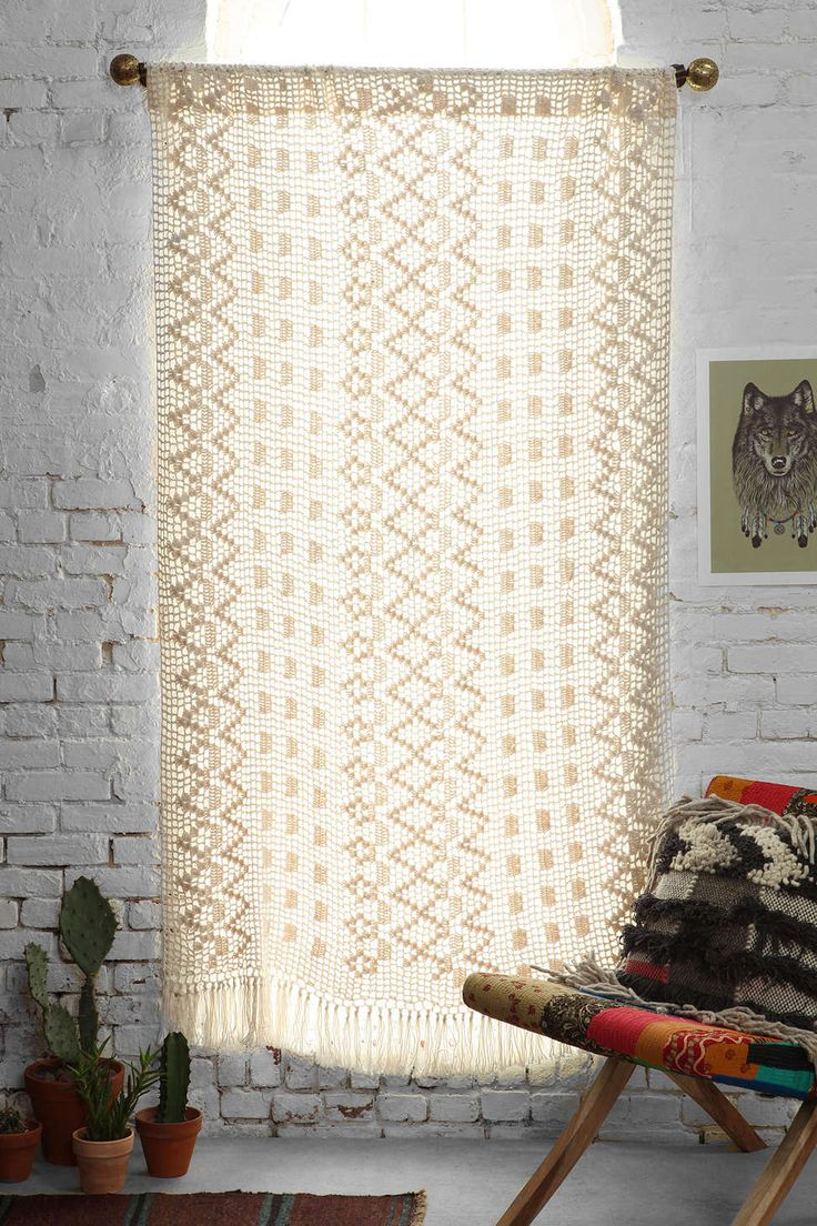 Magical thinking crochet fringe curtain urban outfitters for Cortinas y decoracion