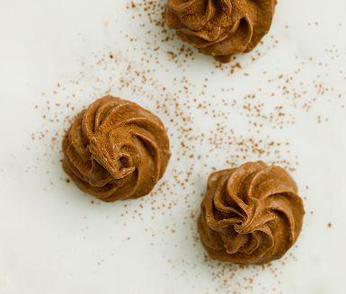 Såld på romerska bågar? Då bara måste du prova dessa noisettepraliner med apelsinchoklad och inslag av len hasselnötskräm. Det kan vara lite pyssligt att veta precis när smeten är lagom fast för att spritsa, skurna bitar är enklare att göra – och lika gott!