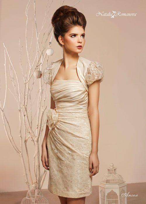 Золотистое свадебное платье «футляр» с объемным бутоном на талии и коротким болеро.