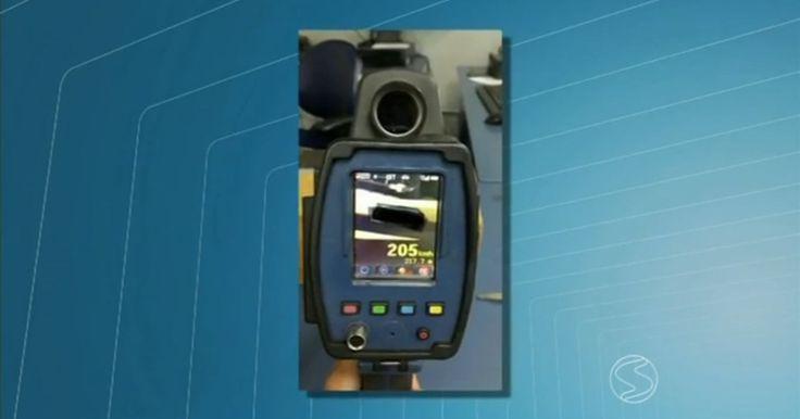 Carro de luxo é flagrado em radar por atingir 205 km/h em Resende, RJ