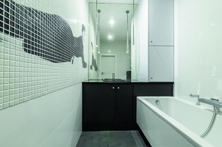 Czarno-biała lazienka, mozaika, elegancka łazienka, kobieca łazienka. Zobacz więcej na: https://www.homify.pl/katalogi-inspiracji/18745/inspiracja-ida-bialo-czarne-oskarowe-stylizacje-we-wnetrzach
