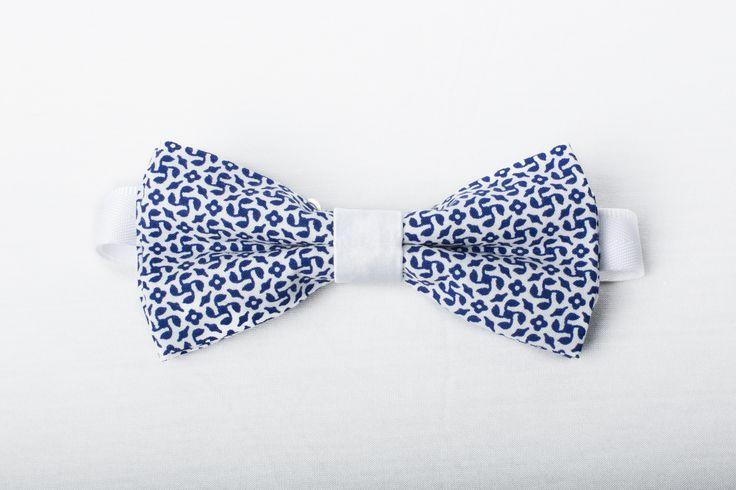"""Noeud Papillon triplé """"Blue Floral"""" à motifs floraux bleus sur fond blanc (100% Coton) avec noeud blanc en satin, tour de cou en coton blanc.  Collection """"Print Bow Tie"""" 2016"""