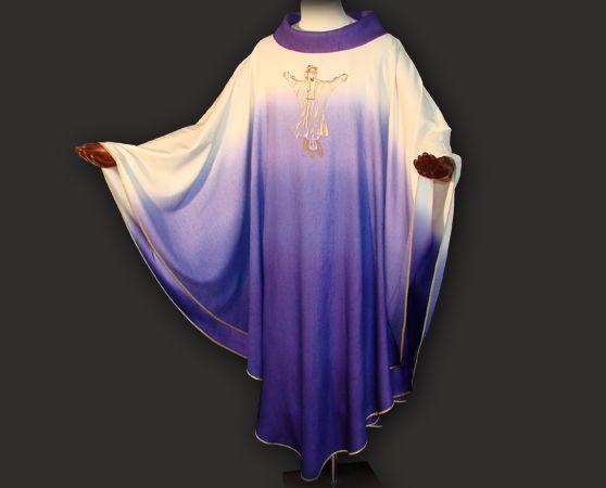 Casula sacerdotale viola realizzata in leggero tessuto di seta degradé.  Questo paramento liturgico dal taglio moderno, presenta sul petto un prezioso ricamo personalizzato, realizzato con filati di vario colore