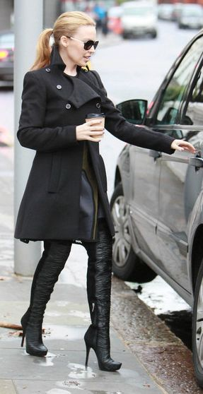 With the coffee in her hands and the pony hanging low, Kylie is looking marvellous while wearing these thigh-high boots!