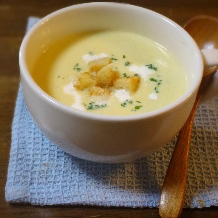こんばんは! 今夜もお越しくださり ありがとうございます。 秋はシチューやスープが恋しくなる季節ですね~♪ 本日のレシピは、甘みある とうもろこしからコトコト煮込んだ 手作りの濃厚コーンポタージュです。  【材料(3人分)】 とうもろこし(2本) たまねぎ(1/2個) じゃがいも(1個) パセリ(少々) 水(200ml) コンソメ(1個+1/2個) 塩(少々) 胡椒(少々) ニンニク(1かけ) 牛乳(200ml) 生クリーム(100ml+少量) 食パン(1枚) オリーブオイル(適量)