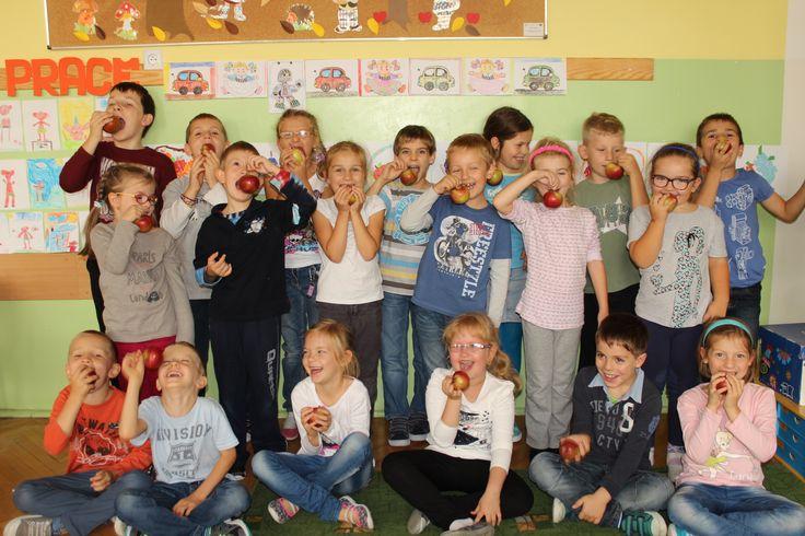 W naszej szkole odbyła się akcja pod hasłem Apple Day, której celem miało być propagowanie zdrowego odżywiania. W tym dniu każdy uczeń oraz nauczyciel otrzymał jabłko.
