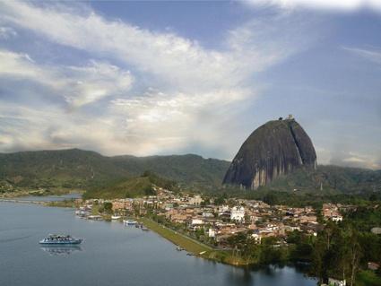 La piedra del Peñol es un monolito de 200 metros de altura sobre la represa de Guatapé. Los turistas pueden subir a la cima de la piedra y tener una vista  de 360° absolutamente fascinante.