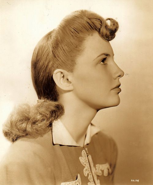 Side profile portrait of actress Joan Leslie as a young woman (lovely casual hairstyle). #vintage #1940s #actresses