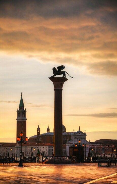 El León de San Marcos, en la #PlazaSanMarcos de #Venecia http://www.venecia.travel/lugares-para-visitar/plaza-san-marcos/ #Italia #turismo