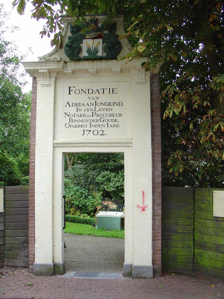 Het poortje van het voormalig hofje van Jongkind aan de Zeugstraat te Gouda. Het poortje vormt tegenwoordig de ingang tot de tuin van het verzetsmuseum en staat in de Vrouwesteeg.