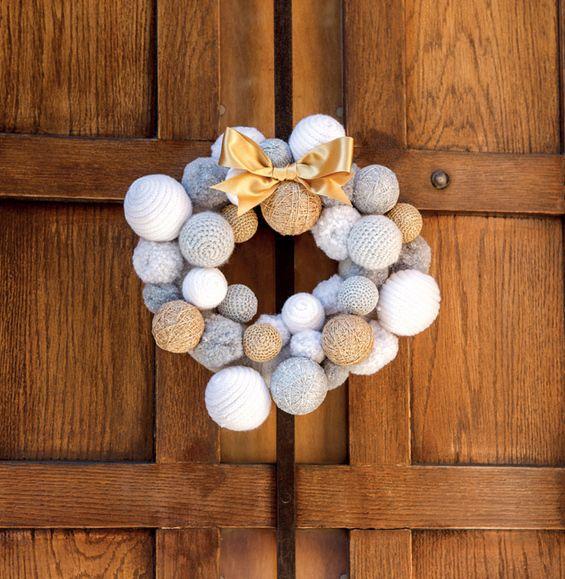 Noël ne serait pas sans cette couronne qui ornera joliment votre porte. Accessoire incontournable des fêtes de fin d'année ! Crochetée en ' laine partner 3.5 ', coloris Blanc, en ' Phil-Diamant ', coloris Crystal et Argent, et en ' Fil MYRIADE', coloris Champagne.Modèle N°7B du catalogue N°844 : Automne/Hiver 2015, Tricot de fête.