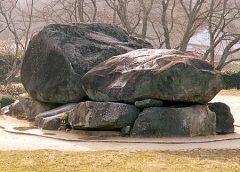 奈良県高市郡明日香村にある石舞台古墳  飛鳥歴史公園内にある古墳時代後期の古墳です 日本最大の方墳で蘇我馬子が埋葬されていると言われています 総重量約2300トンにも及ぶ30数個の岩で構成されており作られた当時の土木運搬技術の高さを窺うことができます 天井席の上面は広く平らなため舞台のように見えることから石舞台と呼ばれるようになりました 月の夜に狐が美女に化けてこの上で舞ったという伝説もあります  tags[奈良県]