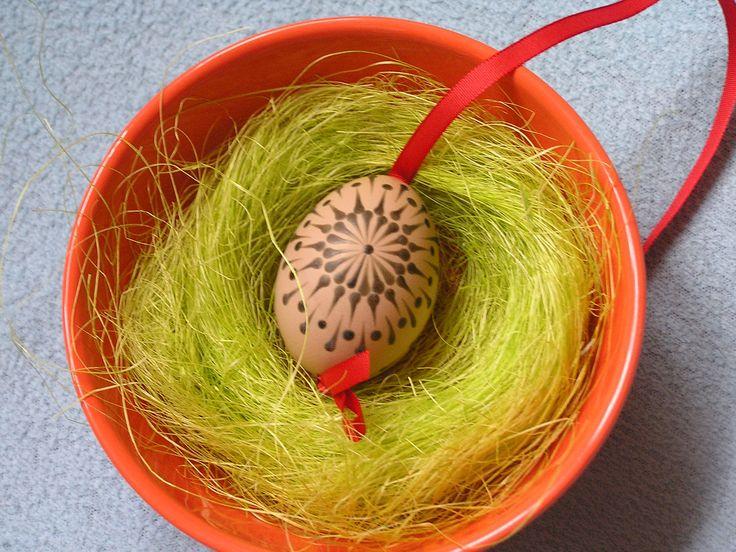 Přírodní velikonoční kraslice Velikonoční kraslice zdobená včelím voskem, vajíčka slepičí v přírodní barvě. Všechny kraslice připraveny na uvázání např. na větvičku. Červená stužka. Poštovné je bohužel vyšší, zasílám jako křehké, aby se k Vám kraslice dostali v pořádku.