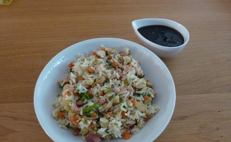 Ingrediënten gebakken rijst:   kopje rijst   1 eetlepel (wok)olie   125 gram gerookte magere spekblokjes   125 gram kipfilet (of een var...