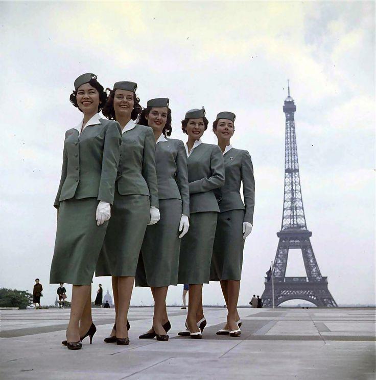hollyhocksandtulips: Los asistentes de vuelo en París, 1958 Foto por Loomis Dean