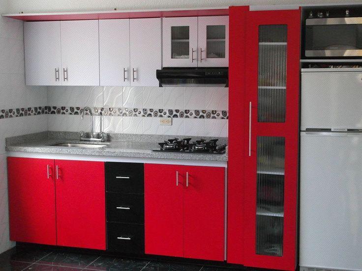 Mueble alto enchapado en formica color blanco, mueble bajo y alacena enchapadas en formica color rojo, mesón y estufa de vidrio